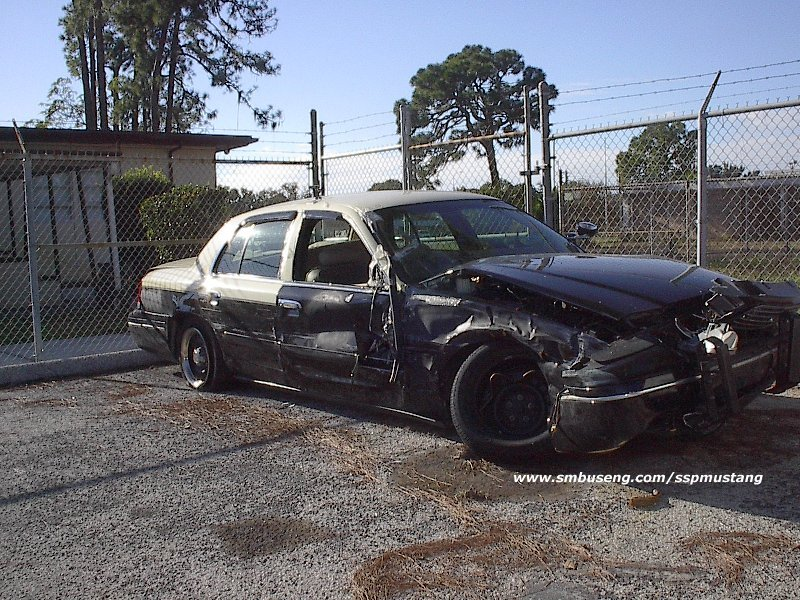 FHP_wrecked_Crown_vic_at_pinellas_jan_2002.jpg (188224 bytes)